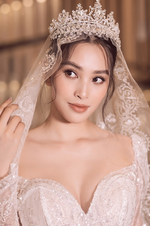 Hoa hậu Trần Tiểu Vy xinh như công chúa khi diện váy cưới - 3