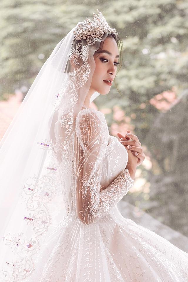 Hoa hậu Trần Tiểu Vy xinh như công chúa khi diện váy cưới - 5