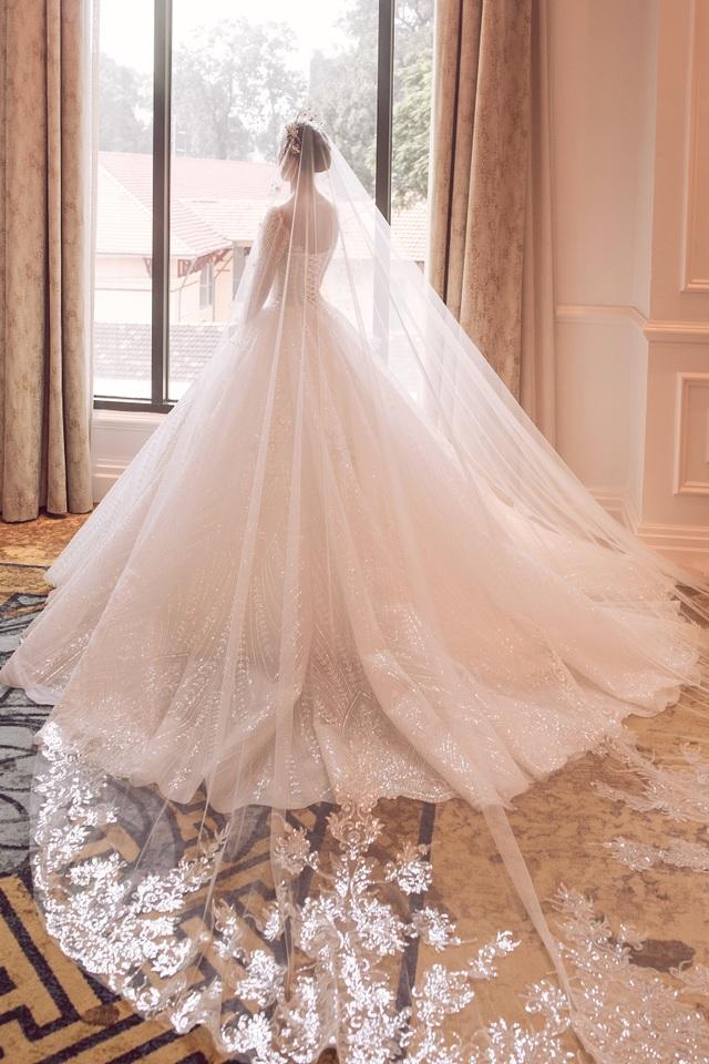 Hoa hậu Trần Tiểu Vy xinh như công chúa khi diện váy cưới - 4