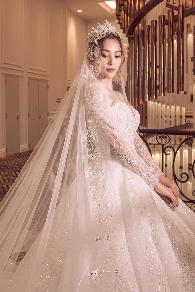 Hoa hậu Trần Tiểu Vy xinh như công chúa khi diện váy cưới - 2