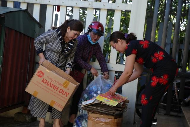 """Câu lạc bộ gom """"ve chai"""" bán gây quỹ, giúp đỡ chị em nghèo - 2"""