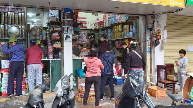 Dân Hà Nội tích trữ đồ ăn, nhiều điểm chen nhau mua mỳ tôm - 4