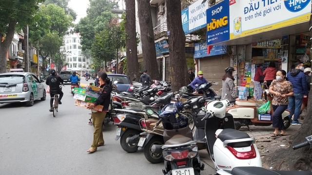Dân Hà Nội tích trữ đồ ăn, nhiều điểm chen nhau mua mỳ tôm - 2