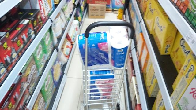 Dân Hà Nội tích trữ đồ ăn, nhiều điểm chen nhau mua mỳ tôm - 9