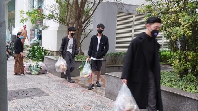 Dân Hà Nội tích trữ đồ ăn, nhiều điểm chen nhau mua mỳ tôm - 1