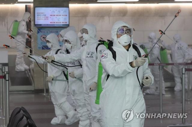 Hơn 6.700 người ở Hàn Quốc nhiễm virus corona - 1