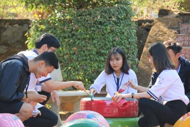 Học sinh làm đồ chơi, gây quỹ tặng điểm trường vào học muộn nhất nước - 1