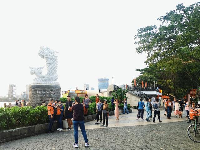 Đà Nẵng: Bất chấp dịch Covid-19, cầu Tình yêu vẫn hút khách ngày 8/3 - 2
