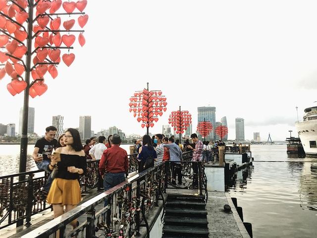 Đà Nẵng: Bất chấp dịch Covid-19, cầu Tình yêu vẫn hút khách ngày 8/3 - 3