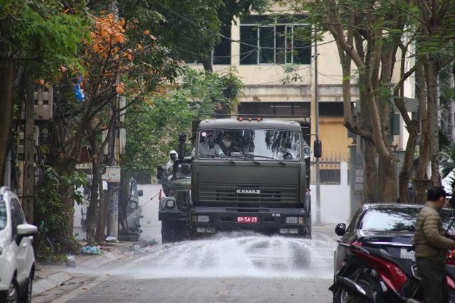 Hà Nội: Xe Quân đội triển khai tiêu độc khử trùng phố Trúc Bạch - 6