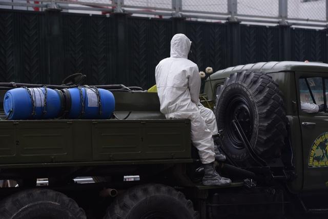 Hà Nội: Xe Quân đội triển khai tiêu độc khử trùng phố Trúc Bạch - 9