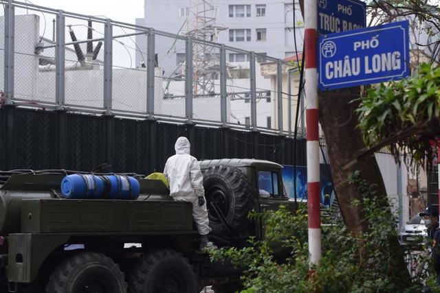 Hà Nội: Xe Quân đội triển khai tiêu độc khử trùng phố Trúc Bạch - 1