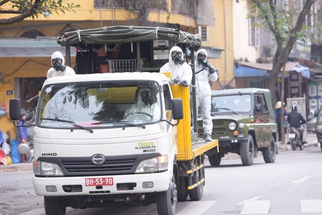 Hà Nội: Xe Quân đội triển khai tiêu độc khử trùng phố Trúc Bạch - 4