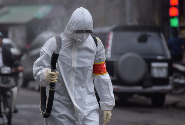 Hà Nội: Xe Quân đội triển khai tiêu độc khử trùng phố Trúc Bạch - 10