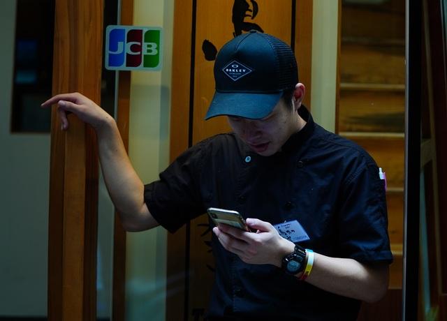 Tomoya đang lướt mạng xã hội Yahoo để theo dõi tình hình dịch bệnh ở quê hương