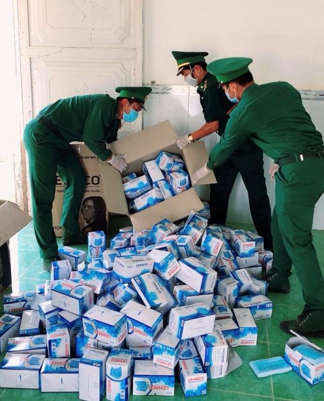 Chặn bắt vụ vận chuyển 10.000 khẩu trang y tế qua biên giới - 1