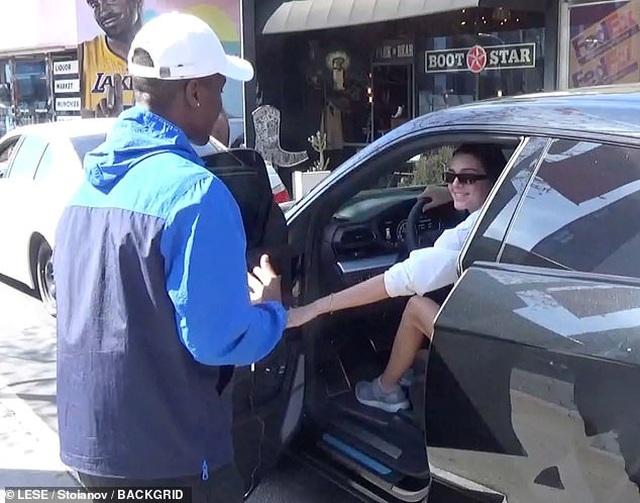 Fan quỳ gối cầu hôn Kendall Jenner - 1