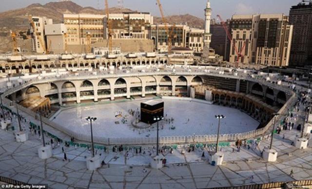 Cảnh tượng vắng vẻ hiếm thấy tại thánh đường hồi giáo Mecca - 1
