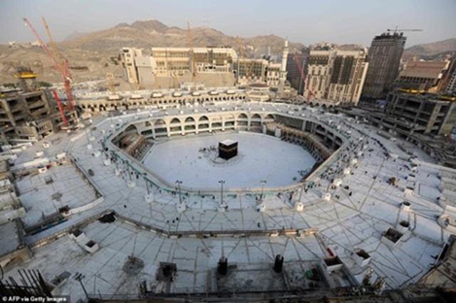 Cảnh tượng vắng vẻ hiếm thấy tại thánh đường hồi giáo Mecca - 6