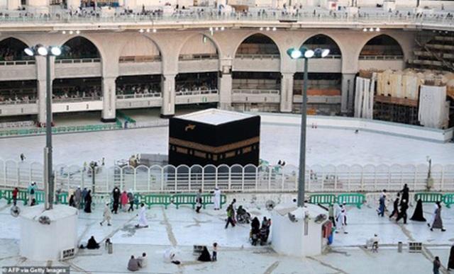 Cảnh tượng vắng vẻ hiếm thấy tại thánh đường hồi giáo Mecca - 8