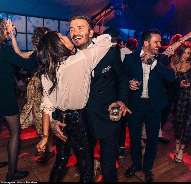 Vợ chồng David Beckham tình tứ trong tiệc sinh nhật tuổi 21 của con trai cả - 2