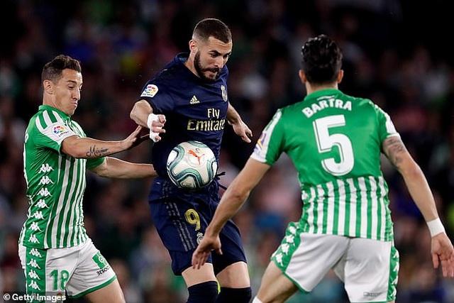 Thua sốc Betis, Real Madrid mất ngôi đầu bảng vào tay Barcelona - 4