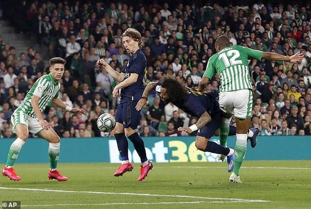 Thua sốc Betis, Real Madrid mất ngôi đầu bảng vào tay Barcelona - 8