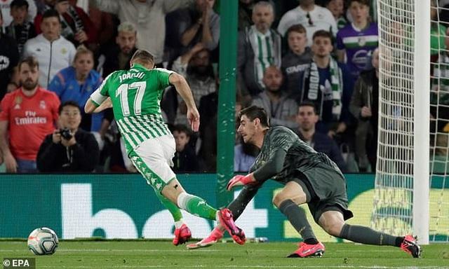 Thua sốc Betis, Real Madrid mất ngôi đầu bảng vào tay Barcelona - 6
