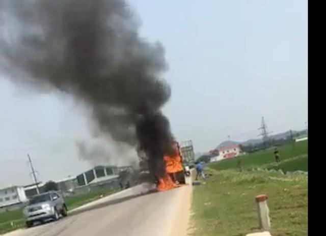 Xe chở bìa các tông bốc cháy trên quốc lộ - 1