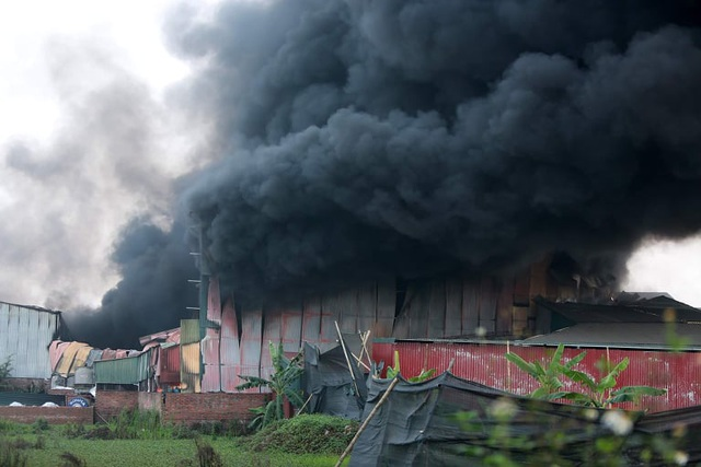 Xưởng sản xuất két sắt hơn 1.000m2 bốc cháy dữ dội - 2