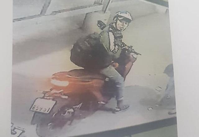 Công an truy tìm thanh niên đâm tài xế xe ôm cướp xe máy - 1