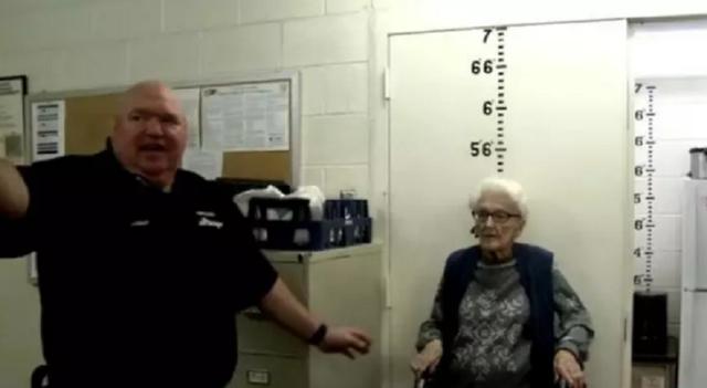 Cụ bà được gửi vào tù để mừng sinh nhật 100 tuổi - 1