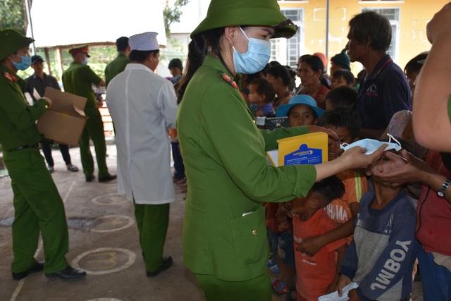 Cán bộ, chiến sỹ công an giúp bà con đồng bào số phòng, chống dịch Covid-19 - 3