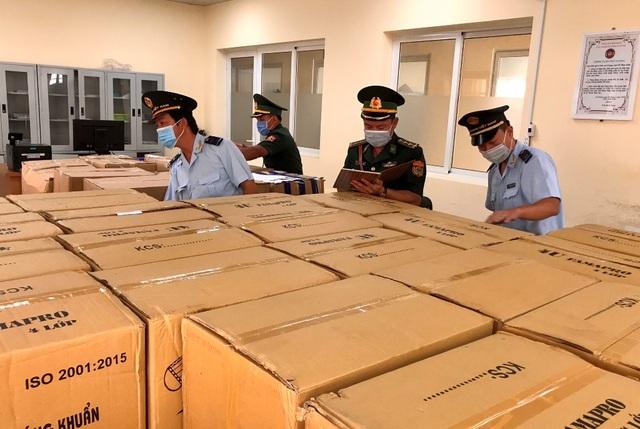 Dùng xe tải chở 160.000 chiếc khẩu trang y tế qua Campuchia - 1