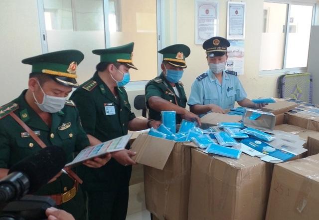 Dùng xe tải chở 160.000 chiếc khẩu trang y tế qua Campuchia - 2