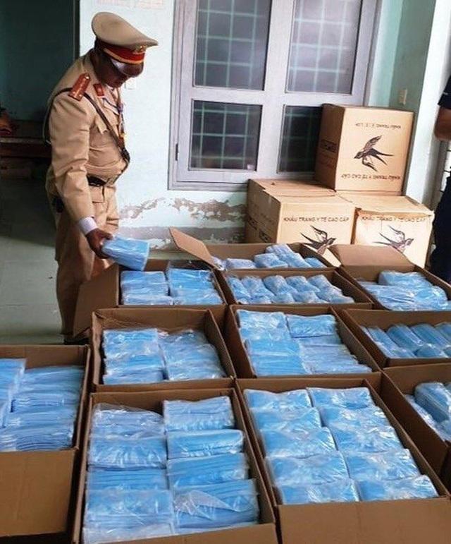 Quảng Bình: Bắt giữ 75.000 khẩu trang y tế không rõ nguồn gốc - 1