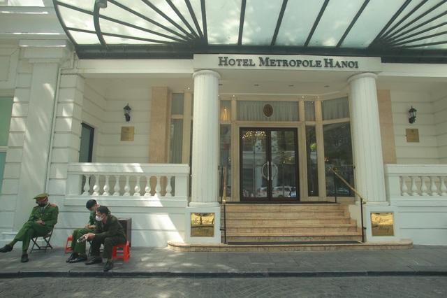 Khách sạn Metropole tạm dừng hoạt động để khử trùng - 1