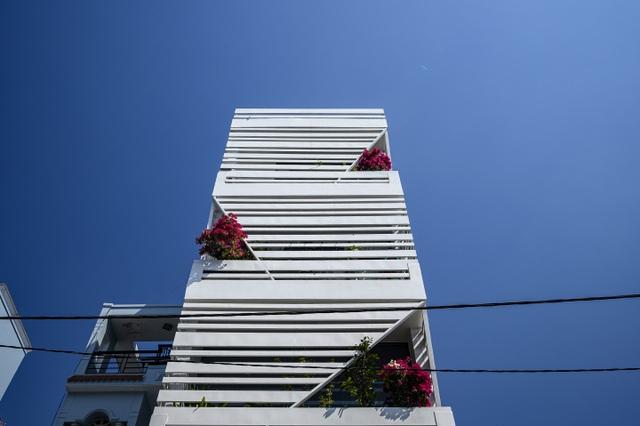 """Ngôi nhà của vị doanh nhân Sài Gòn nổi bật bởi thiết kế """"2 trong 1"""" độc lạ - 2"""