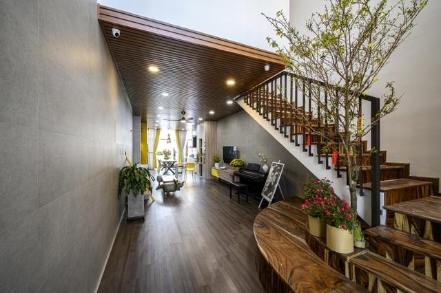 """Ngôi nhà của vị doanh nhân Sài Gòn nổi bật bởi thiết kế """"2 trong 1"""" độc lạ - 8"""