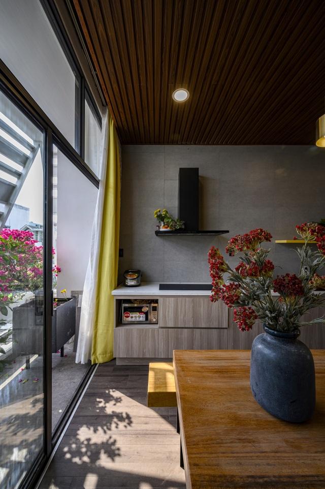 """Ngôi nhà của vị doanh nhân Sài Gòn nổi bật bởi thiết kế """"2 trong 1"""" độc lạ - 10"""