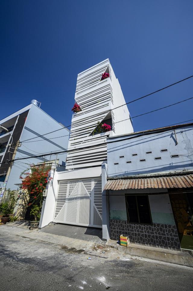 """Ngôi nhà của vị doanh nhân Sài Gòn nổi bật bởi thiết kế """"2 trong 1"""" độc lạ - 1"""
