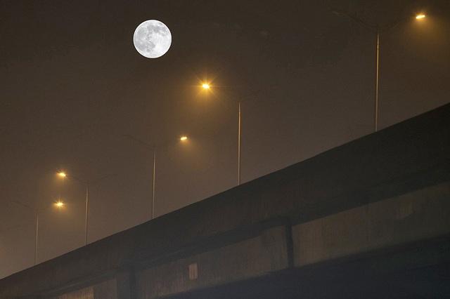 Chiêm ngưỡng siêu trăng trên bầu trời Hà Nội vào đêm 9/3 - 1
