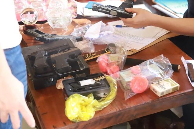 Đối tượng bán ma túy cố thủ trong nhà cùng 6 khẩu súng - 2