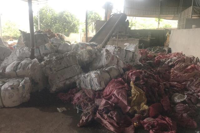 """""""Thách thức"""" quyết định xử phạt, cơ sở tái chế nhựa tiếp tục hành dân - 2"""