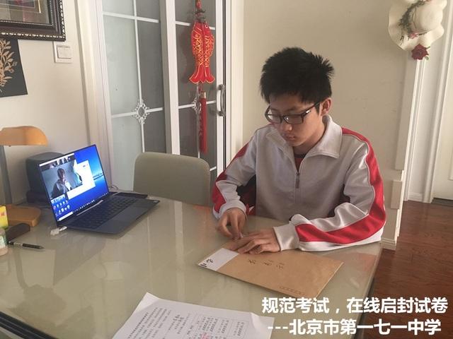Học sinh Trung Quốc làm bài thi tuyển sinh đại học mô phỏng tại nhà - 1