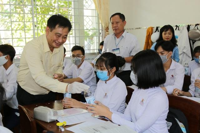 ĐH Kiên Giang tặng 1.500 chai đựng nước cho học sinh Cà Mau - 1