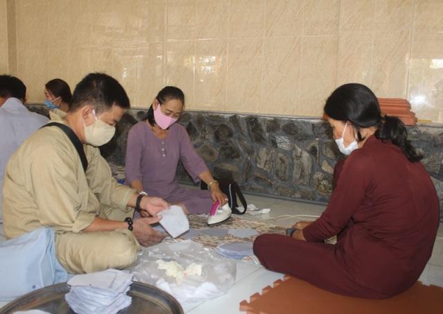 Phật tử Bạc Liêu may hàng ngàn khẩu trang từ thiện giữa mùa dịch Covid-19 - 1
