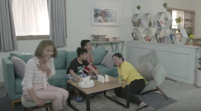 Không may té gãy ghế, NSND Hồng Vân bị cả đoàn phim cười chọc quê - 2