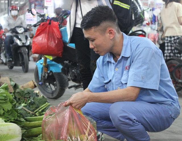 Công nhân khu công nghiệp đi chợ thế nào trong đợt dịch Covid-19? - 1