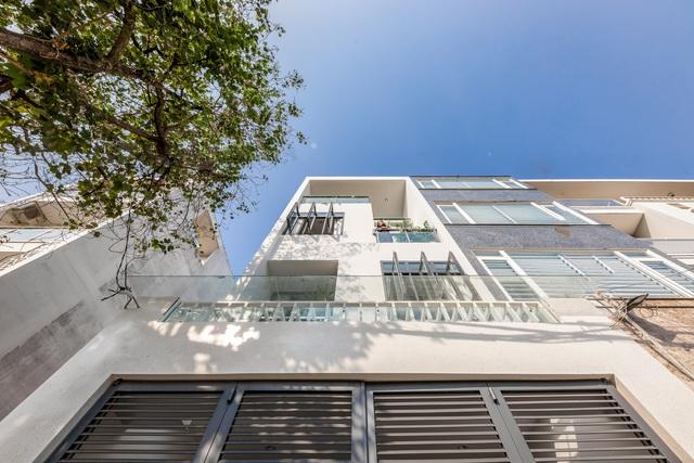 Nhà phố 4 tầng ở Sài Gòn gây ngỡ ngàng bởi thiết kế giếng trời hình xoắn ốc - 2
